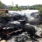 SP: Água do Tietê fica preta e assusta moradores de Salto. Veja o porquê em: http://t.co/KuNqkb8YBj http://t.co/1CcmJONR4E
