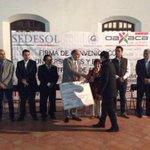 Entrega de cheques y tarjetas de descuento a jóvenes emprendedores. #Oaxaca #ConstruyendoJuntosCosasBuenas http://t.co/dGNS4oqZRY