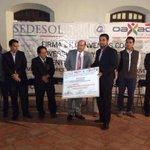 El presidente @JavierVillacana entrega cheques y tarjetas de descuento a jóvenes emprendedores. #Oaxaca #TwitterOax http://t.co/bhJDZOfmC6