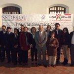 Fotografías con directores de universidades y empresarios en la firma de convenio. #Oaxaca #TwitterOax http://t.co/9tRL742sg4