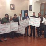 Jóvenes emprendedores reciben cheque y tarjeta de descuentos, entrega el presidente @JavierVillacana. #Oaxaca http://t.co/H7bxpt7G9F