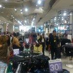 Compradores aprovechan el #BlackFridaySV en tienda Forever 21 Multiplaza. Foto: E. Chávez http://t.co/U5HELwKZqW http://t.co/iFpqKEWY3w