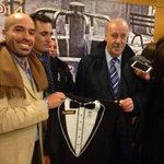 Vicente del Bosque recibe el regalo de la camiseta esmoquin de la @CyDLeonesa. #aupacultu http://t.co/nnsoe6Ywbl