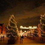 モミの木のクリスマスツリーにあたたかい灯りがともり、赤レンガ倉庫のクリスマスマーケットがスタートしましたっ! 是非、素敵な思い出を作りにいらしてください! http://t.co/m2sYhcJK7s