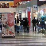 Primeros compradores ya en Multiplaza para #BlackFridaySV a desde las 6:00 a.m. Foto: P. Mancía http://t.co/PD1HMLTkVZ