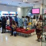 Algunas tiendas en Multiplaza ya reciben primer grupo de clientes buscando descuentos. Foto: P. Mancía #BlackFridaySV http://t.co/yVDVf86x6o