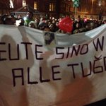Trauerfeier für #Tugce vor Klinikum Offenbach. Aus dem Klinikzimmer Tugces schauen Mutter und Bruder. Kerzen. Stille. http://t.co/iLch6bp1aw
