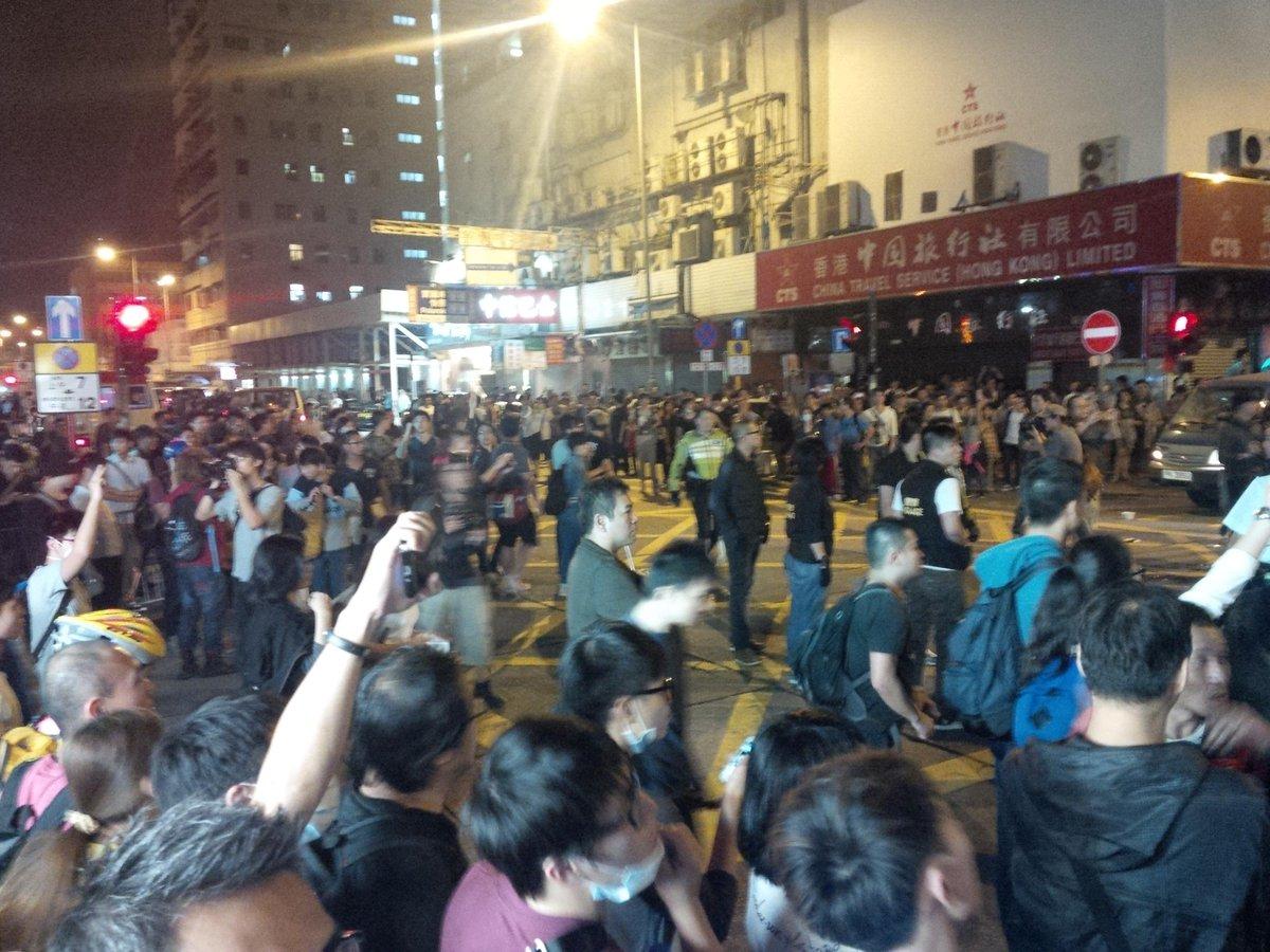 #occupyhk 今夜,花園街遊擊戰!行動者化整為零,不斷攔小路,不斷轉場,要固守彌敦道的警察只能分出部份警力,很被動 http://t.co/zm9UCkhbTO