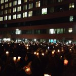 Tausende Kerzen vor dem Klinikum Offenbach. Die Menschen hier rücken in der Trauer um #Tugce ganz nah zusammen. http://t.co/ehx51602lY