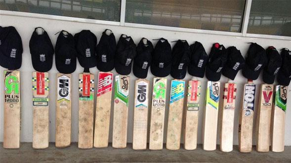 Here's how England are paying tribute to Phillip Hughes: http://t.co/G4TDMr6iIx. #putoutyourbats #RIPPhilHughes http://t.co/vSsqL0jui5