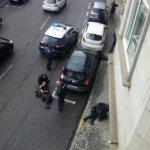 ÚLTIMA HORA: Un atracador muerto y dos policías heridos graves en el asalto a un banco en Vigo http://t.co/Gc2aqJcRLy http://t.co/8QS6T33t6C