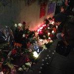 Es ist leise vor dem Offenbacher Klinikum. Die Menschen flüstern, zünden Kerzen an, legen Blumen für #Tugce nieder. http://t.co/d65i5ljYoc