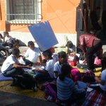 Ya no dejaron pasar a los niños al Ayuntamiento de #Cuernavaca p/seguir manifestándose. Ya se sentaron en la calle http://t.co/nbRWswRmoy