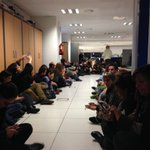 Sentada de los redactores de TVE ante la destitución de 3 jefes y 4 adjuntos pilares en los telediarios. http://t.co/8fOo5V0cZe