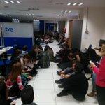Sentada en protesta por las destituciones en bloque en informativos de TVE. #defiendetve http://t.co/N7fdDDhnZ6