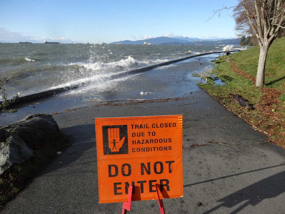 Seawall between English Bay & Lumberman's Arch is closed until further notice due to high tide, waves & crashing logs http://t.co/cFuv7h4jlp
