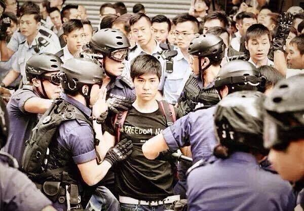 香港學聯副秘書長岑敖暉旺角清場時被捕,正氣凜然,酷到極。 http://t.co/M2FGdrxfnZ
