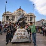 Estudiantes de las escuelas de Bellas Artes exigen liberación de detenidos el #20NovMx Fotos: |@maskbalam http://t.co/bgtHNgt24Q