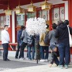 神田明神、ラブライブ!絵馬授与開始。約250人ほどが絵馬を求め境内を囲むように行列をつくった #lovelive http://t.co/32S0hrpk0t