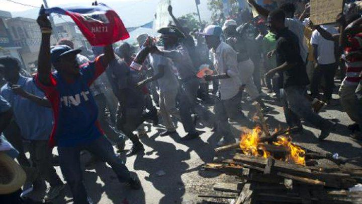 Angry protests in #Haiti over #election delays http://t.co/n8yb0mkEeu http://t.co/QViGnsHwtY