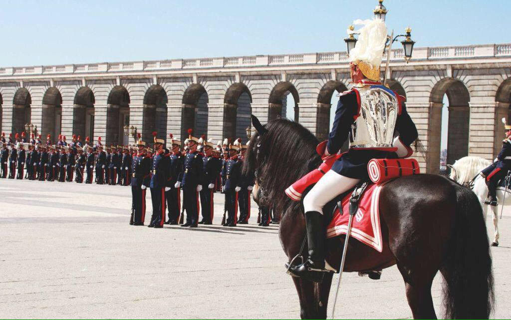 Miércoles 03 diciembre 12:00 Relevo Solemne Guardia en Palacio Real, XX Aniversario. Concierto, exhibiciones. ASISTE http://t.co/SA5jR5cZUo