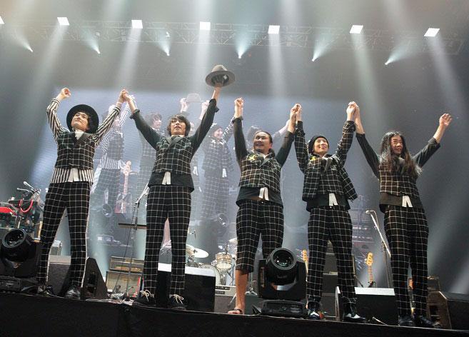 LIFEツアーから始まった今回のツアー、10周年記念の武道館公演をもって無事ファイナルを迎えました。お越し頂いた皆様&10周年をお祝いして頂いた皆様ありがとうございました!新曲にツアーとフジファブリックまだまだ走り続けていきます! http://t.co/hEjZgTVJDw