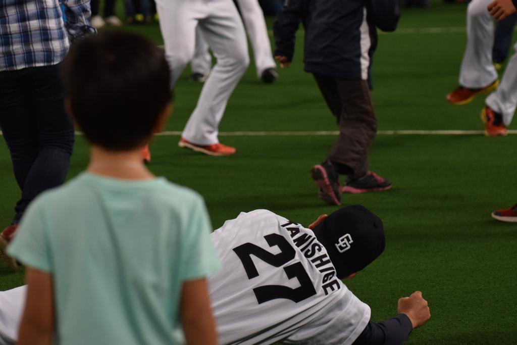 【ドラファンフェス #dragons 】 どっじで監督に当ててしまい土下座する赤田くん http://t.co/oZV2aLgoCh