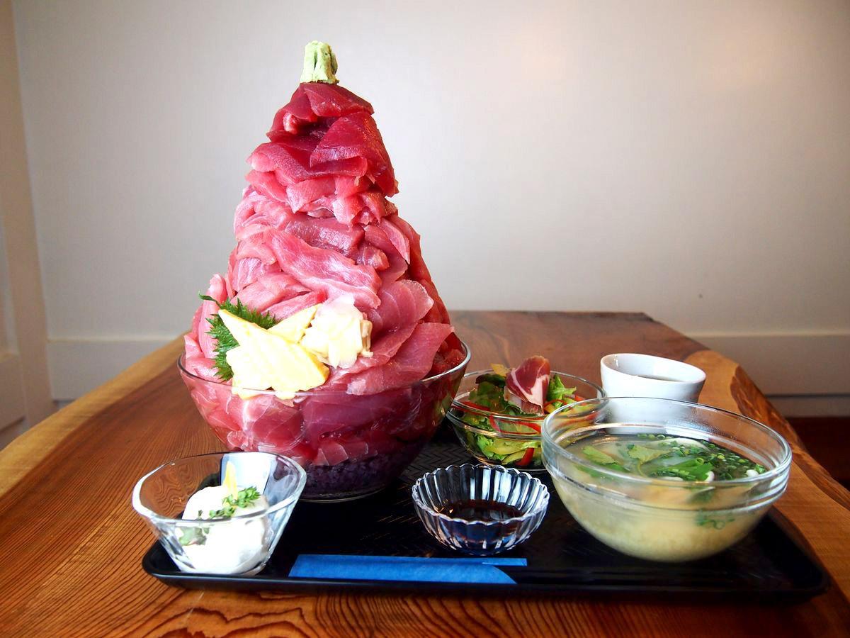 ใครไปเที่ยวโตเกียวอยากกินมากุโร่แบบเต็มคราบเชิญร้านนี้ครับ ข้าวหน้าปลามากุโร่แบบเติมมากุโร่ได้ในราคา 800เยนกว่าๆ http://t.co/C0WoMK36VQ