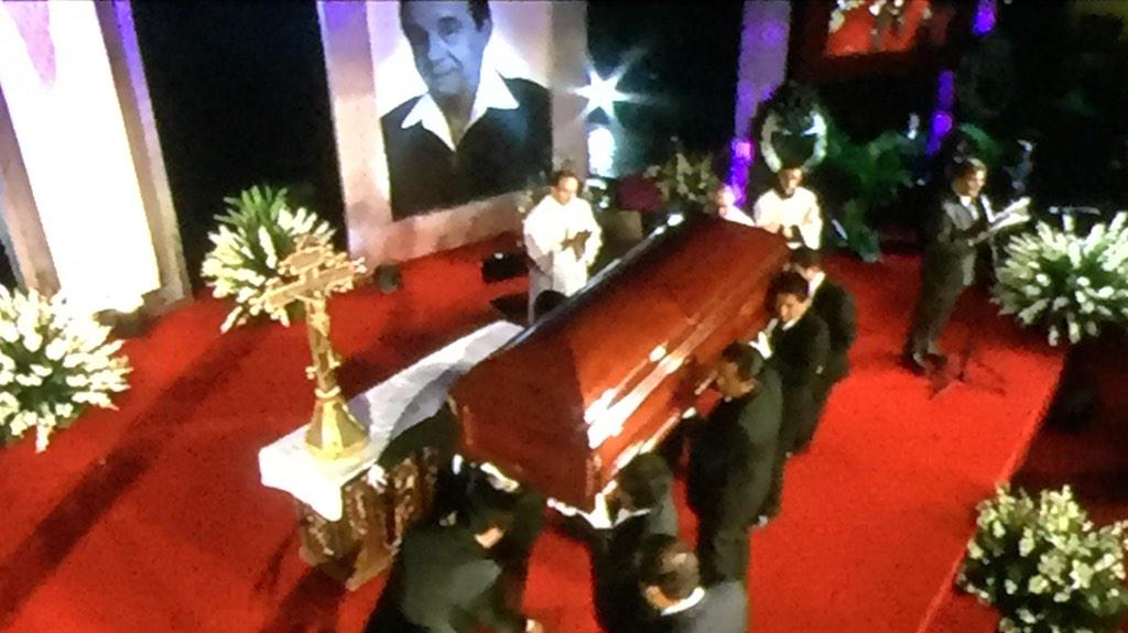 Colocaram o corpo no local onde fãs poderão se despedir! #RIPChaves #AoVivo http://t.co/c7v9AI4wAe