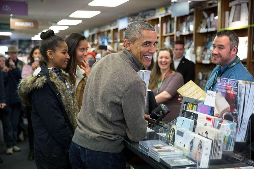 오바마 대통령이 대형 유통업체에 소비자들이 몰리는 블랙 프라이데이 세일기간에 두 딸과 동네 서점에 들러 책 17권을 샀다는군요. 동네상권을 지키자는 거죠. 쇼를 하려거든 이런 쇼를 하세요. http://t.co/GIL61gOKmS