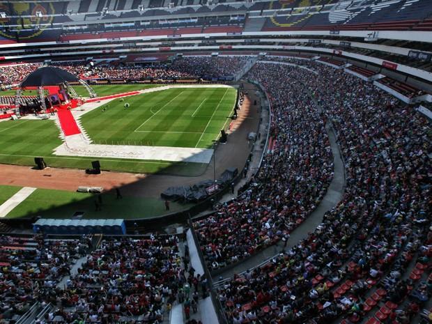 Enquanto isso, este é o Estádio Azteca, no México, nesta tarde de funeral do Chespirito. (imagem da agência AP) http://t.co/UXrPdYw0oO