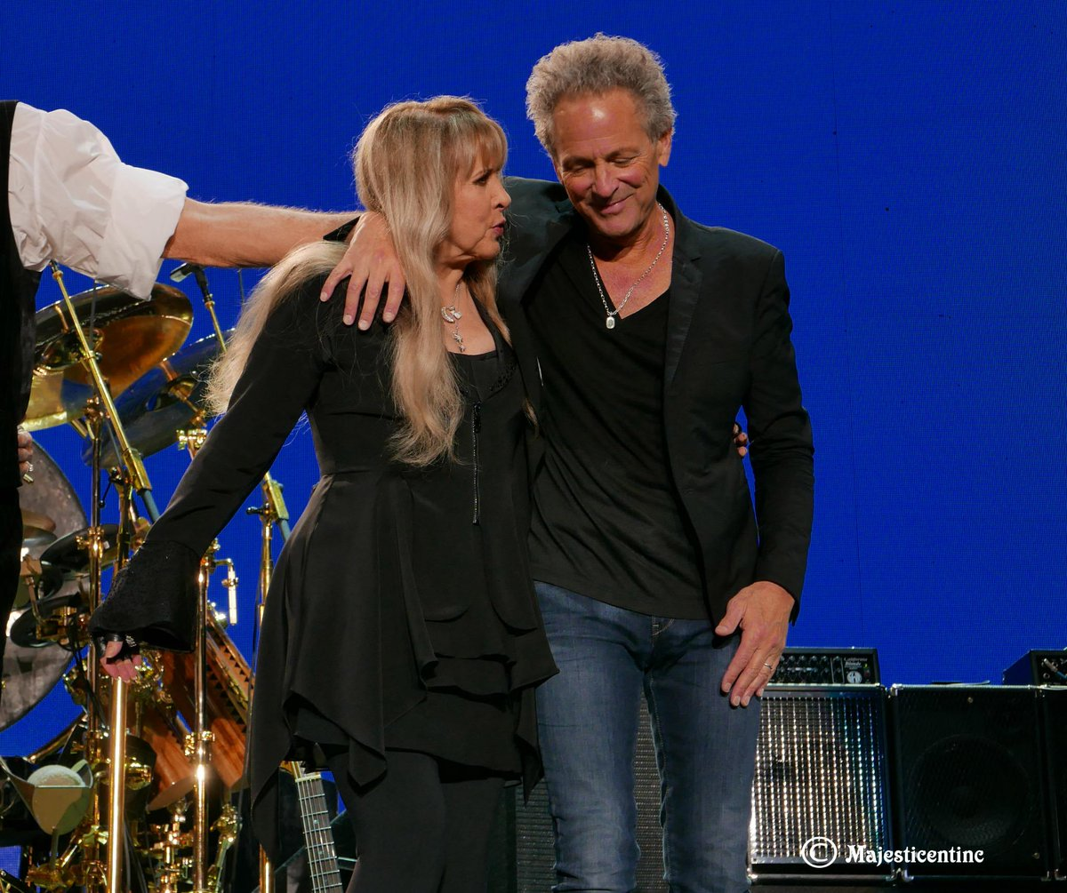 #StevieNicks and #LindseyBuckingham sharing a moment during the final bows at the #Forum #concert. #FleetwoodMac http://t.co/WHDS5uCeC3