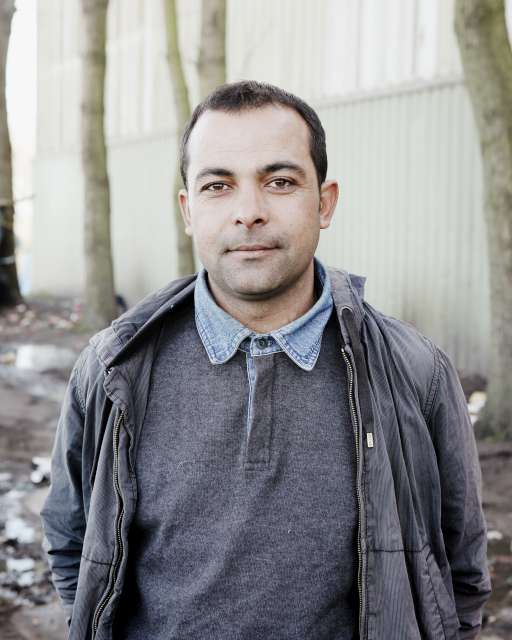 Ali était professeur d'anglais en #Syrie. aujourd'hui, il est bloqué dans les rues de #Calais http://t.co/r1K587IYz1 http://t.co/sQgGMjIf1E