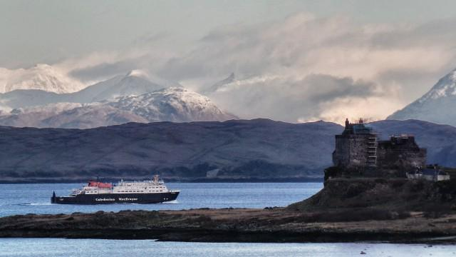 Duart Castle with the mountains of Argyll and @CalMacFerries at the back! Taken by @Feorlean http://t.co/6fvi6KxyIo http://t.co/Od0x8d2lEd