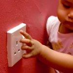 لحماية #زغير_البيت من مخاطر الكهرباء يجب وضع سدادات لكل مأخذ كهربائي لمنع الطفل من إدخال أي شيء فيه #قوى_الأمن #لبنان http://t.co/mbIf5Wb22V