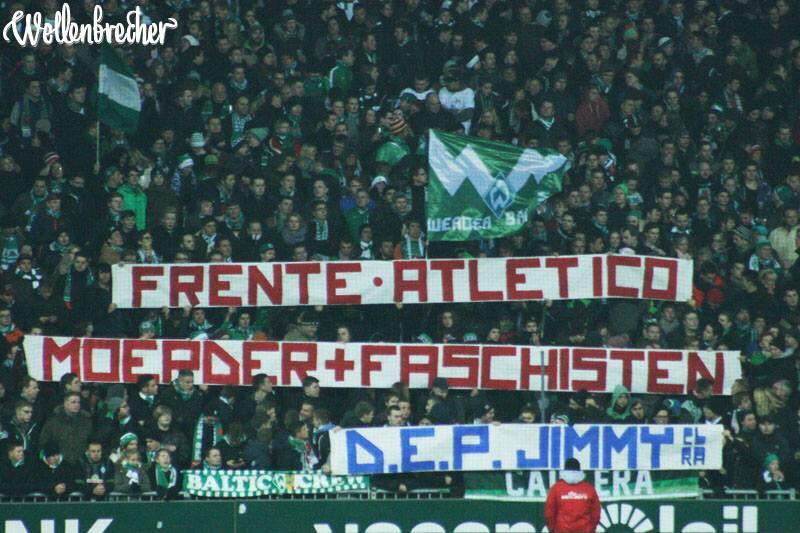 Aficionats del Werder Bremen mostrant pancarta amb el missatge: FA assassins + feixistes http://t.co/cRsgmaJLnF