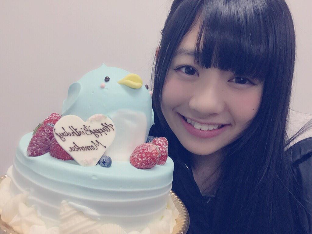 ペンギンケーキを持っている伊藤萌々香