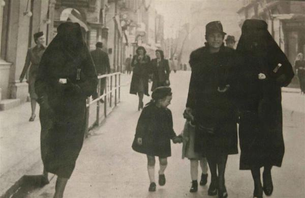 Muslim woman covers the yellow star of Jewish neighbor with her veil to protect her, Sarajevo, 1941 #illridewithyou http://t.co/Wz0XqkTugd