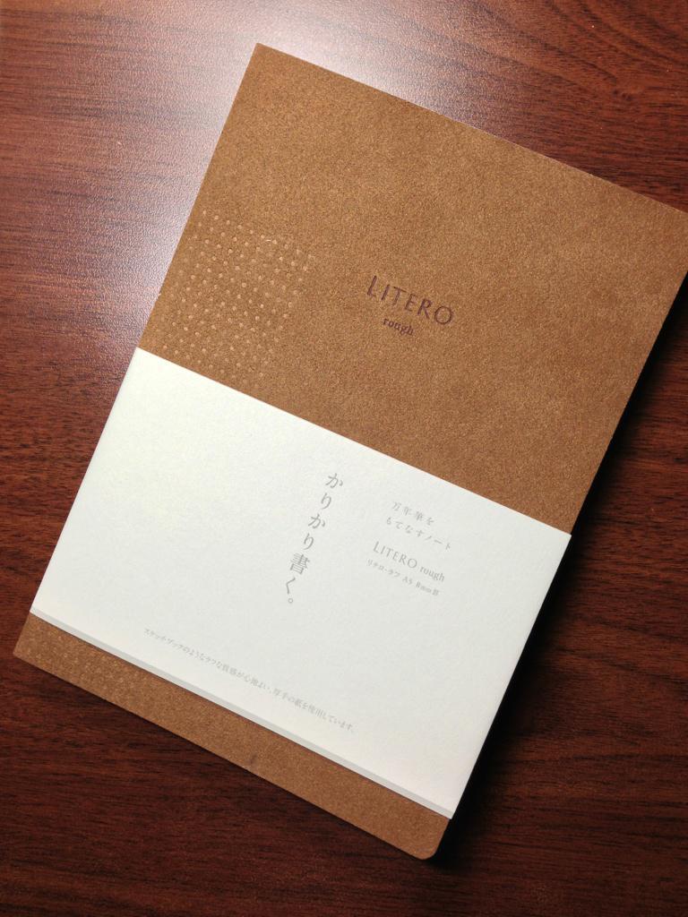 ナガサワ文具センターの新オリジナルノート「LITERO」は「万年筆をもてなすノート」。紙質は3種あり、ソフトカバーの表紙はなんとエクセーヌ張り! このノートの写真を撮るために、iPhoneのレンズを磨けてしまうのだ。一石二鳥の画像。 http://t.co/K3zivD8Cin