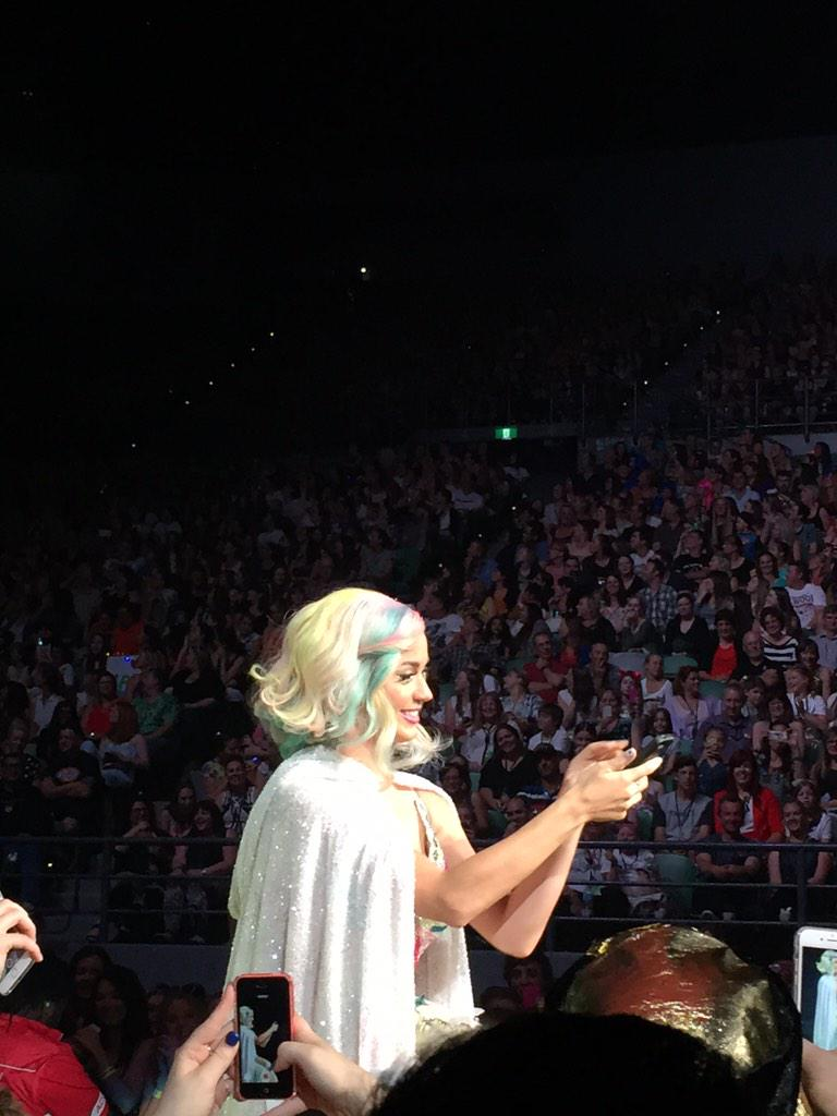 OMFG! @katyperry just read a girls @WhatsApp messages and someone said she can't sing so she text the guy!! http://t.co/cU9V40lxMH