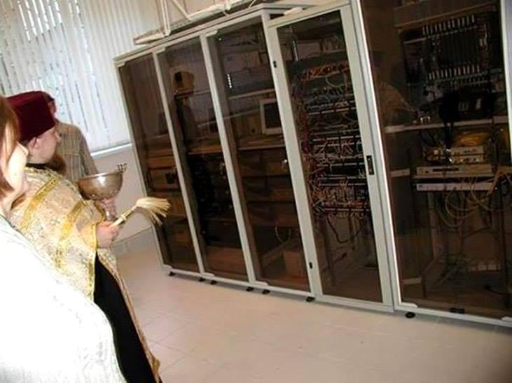МОСКВА, 2 декабря 2014 г. Священник изгоняет бесов из серверов Центробанка, отвечающих за поддержание курса рубля http://t.co/0OvWzfjaml