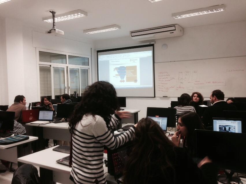 Los alumnos de #AprendiendoEnDigital en @ENCamaraSevilla trabajando sobre la digitalización de un centro comercial http://t.co/uJkKBwB1gL