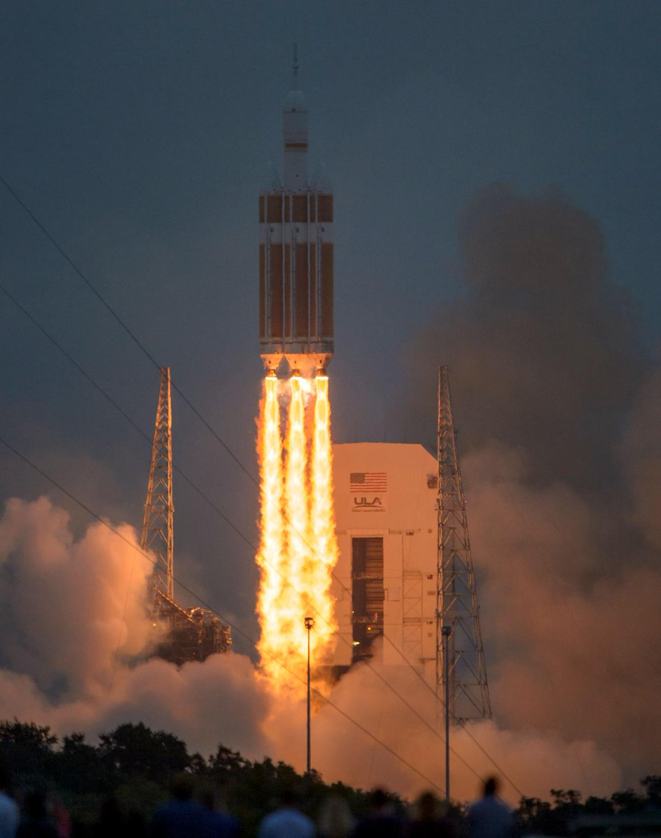Wow, that's quite a picture from @ingallsimages of #Orion launch! Wish I were there. Note the onlookers at bottom. http://t.co/YoKLwHIXZd