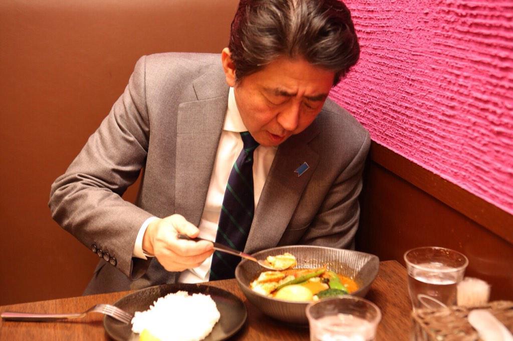 【画像】安倍ちゃん、一人寂しく夕食のスープカレーを食す