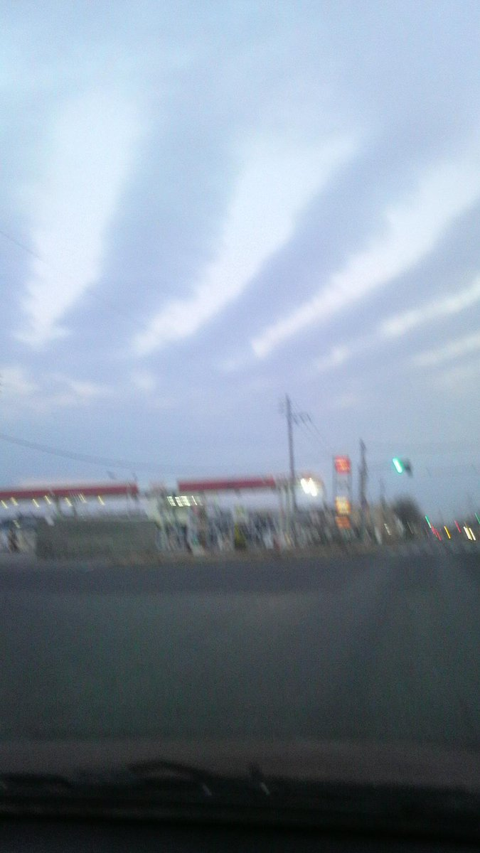 今朝、苫小牧上空の不気味な雲。これって地震雲? 要の方向には樽前山。 http://t.co/YYJpJuwRLT
