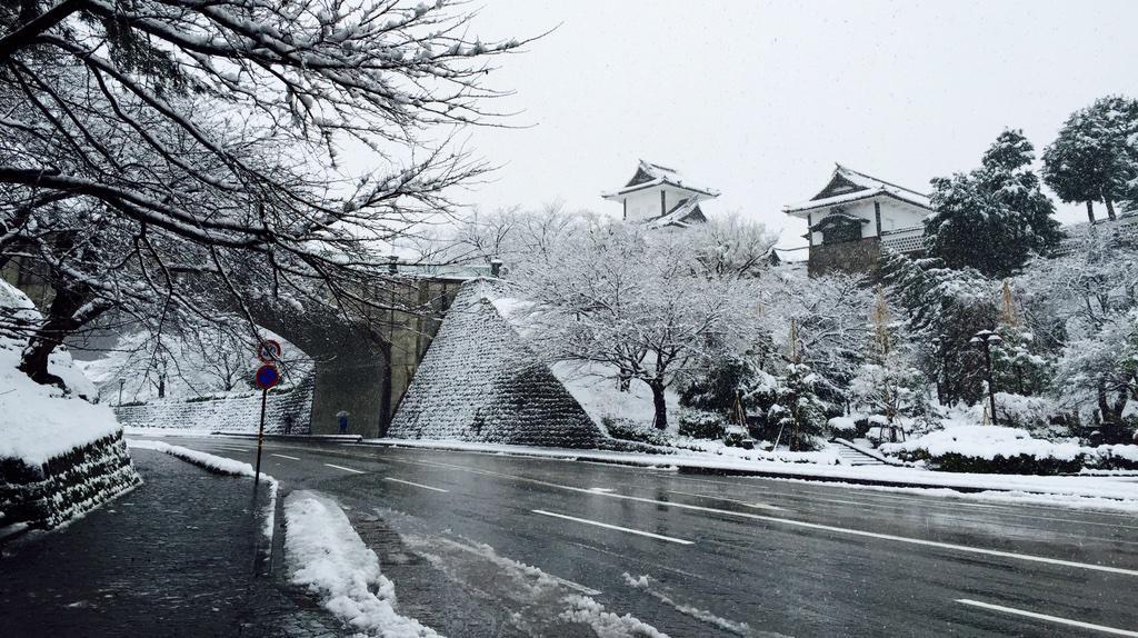 おはようございます。歩行者への難度が高い金沢の冬がやって参りました! http://t.co/HCtUqKQqfi