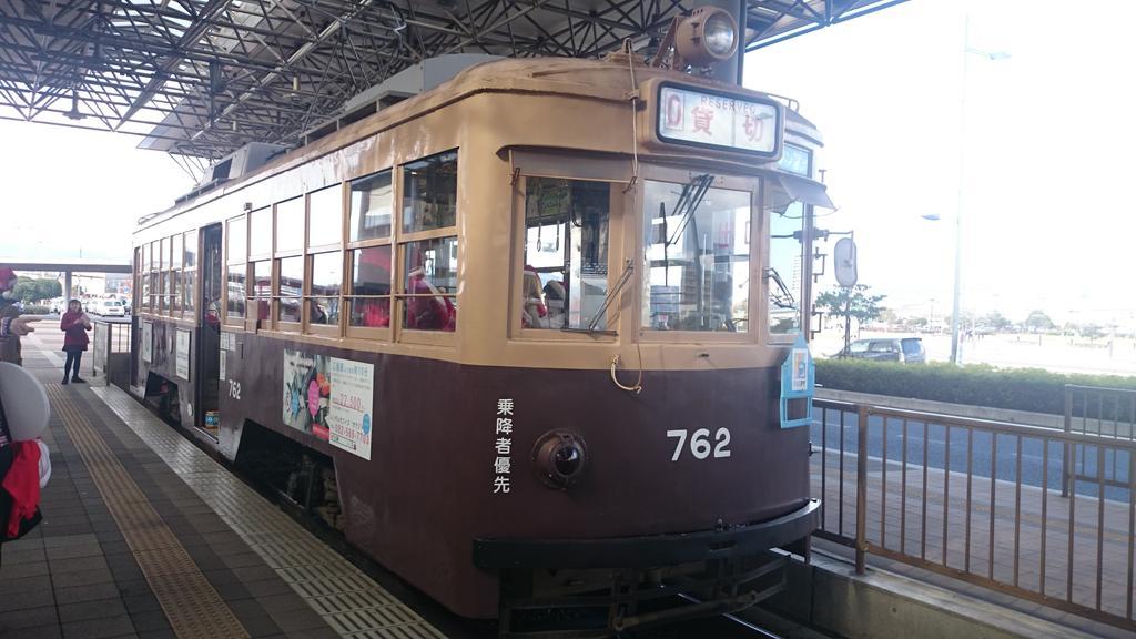 【速報】冬のツロシマ着ぐるみ貸切電車。今年は西部警察で爆発したもと大阪市電750形762号できぐ充広島市内パニック! http://t.co/z0LzYbBovN