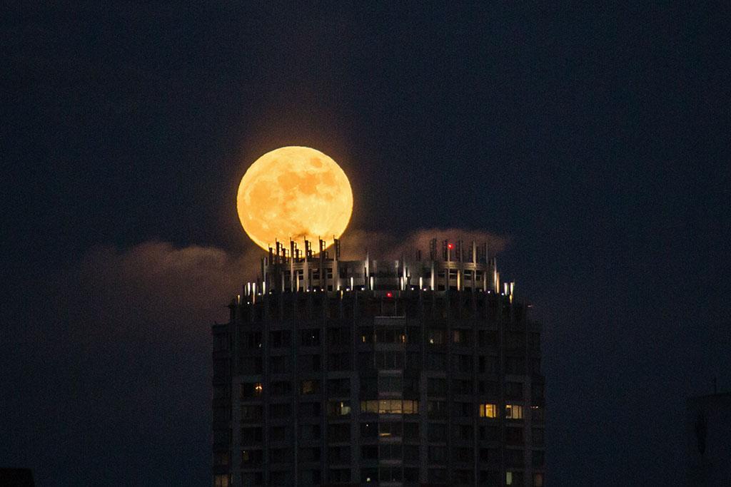 満月が昇ってきた。@東京 今夜は9時半頃が一番丸いそうです。 http://t.co/OXN9UX6AwL