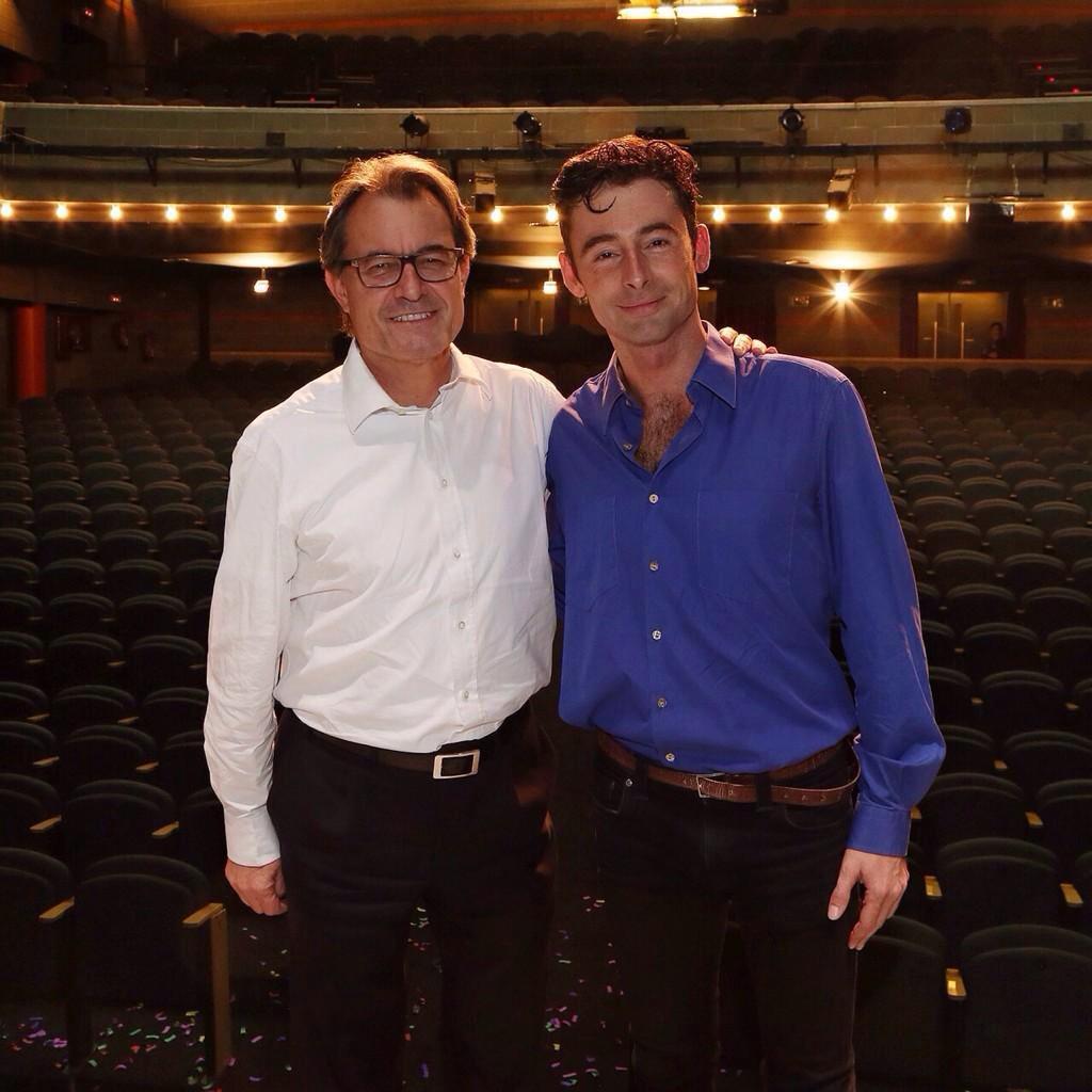 Ahir al teatre va venir el meu imitador. Ho va fer força bé... http://t.co/gBKp8nH39e