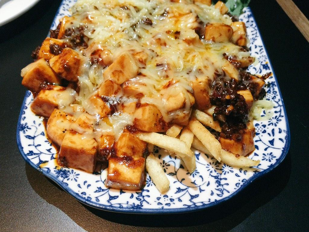 Mapo tofu chilli cheese fries. What. http://t.co/AubXmaoUTU